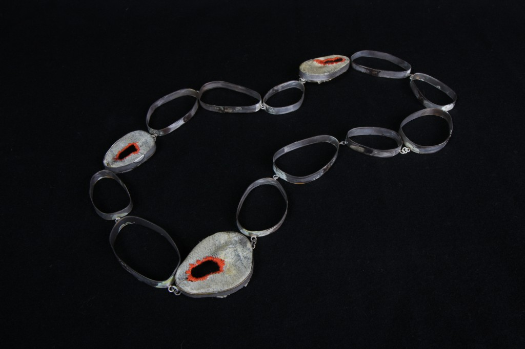 Halsband av fiskskinn, broderi och silver / Necklace made of fiskskin, embroidery, silver