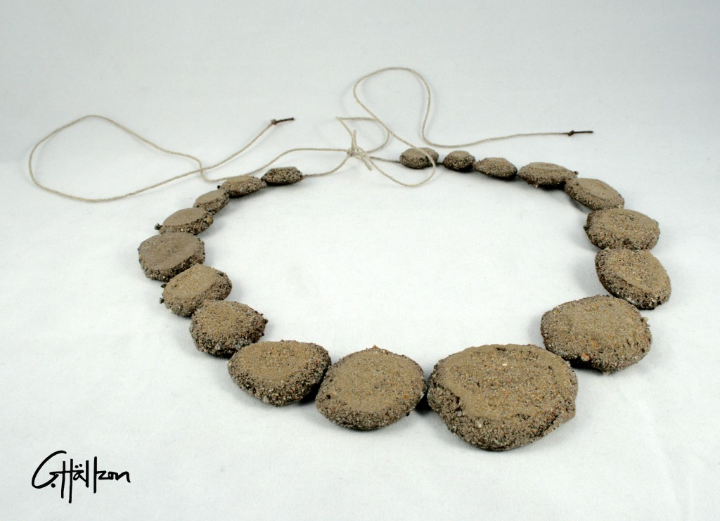 Halsband av sand och rep / Necklace made of sand and rope